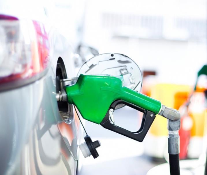 Gambar ini menunjukkan alat pengisi bahan bakar dengan warna hijau