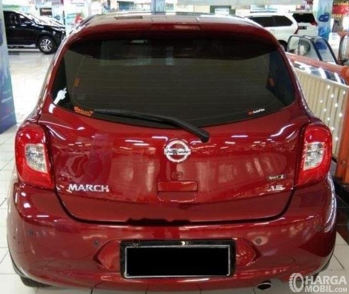 Gambar ini menunjukkan bagian belakang Nissan March 1.2 AT 2017