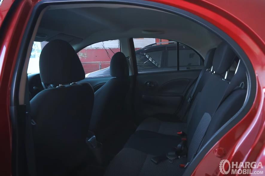 Gambar ini menunjukkan jok mobil belakang Nissan March 1.2 AT 2017