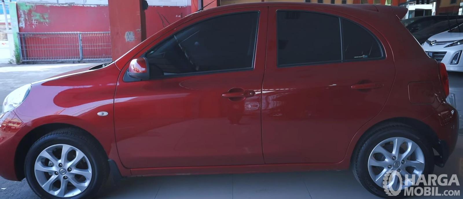 Gambar ini menunjukkan bagian samping Nissan March 1.2 AT 2017