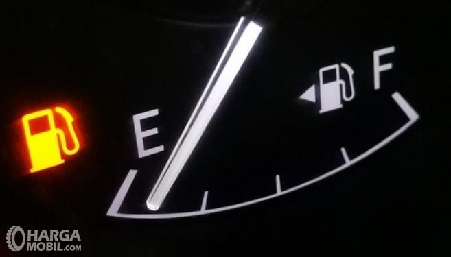 Gambar ini menunjukkan indikator bahan bakar mobil