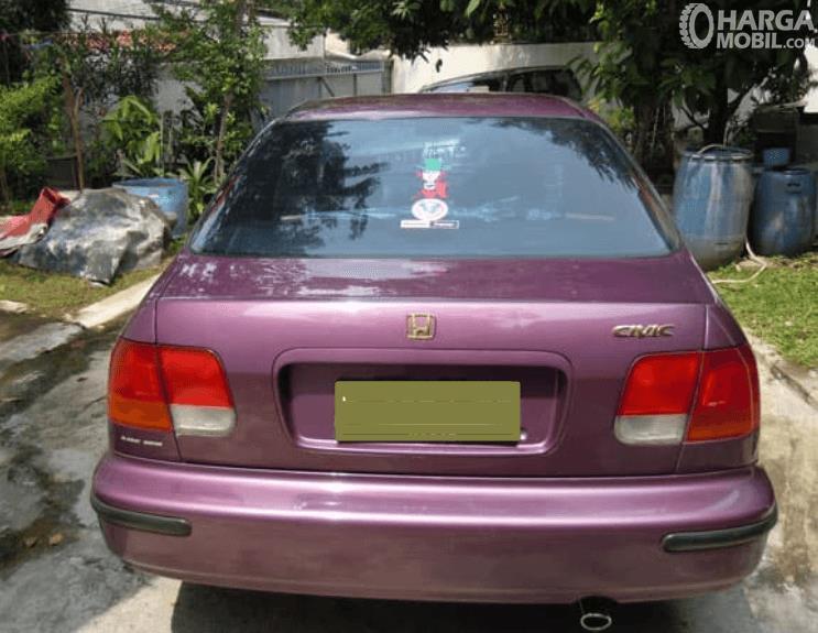 Gambar ini menunjukkan bagian belakang mobil Honda Civic Ferio 1996