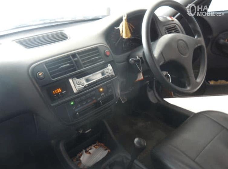 Gambar ini menunjukkan dashboard dan kemudi mobil Honda Civic Ferio 1996