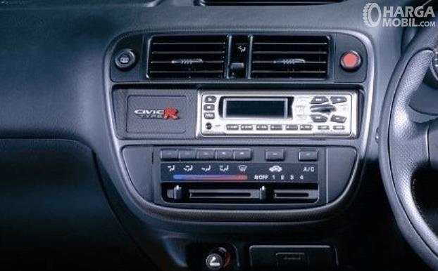 Gambar ini menunjukkan head unit Honda Civic Ferio 1996