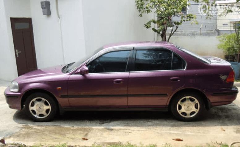 Gambar ini menunjukkan bagian samping mobil Honda Civic Ferio 1996