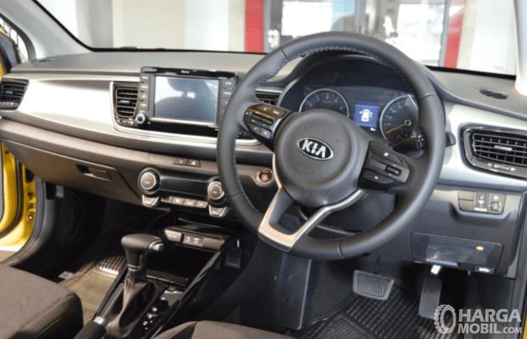 Gambar ini menunjukkan bagian dashboard dan kemudi mobil KIA All New Rio EX AT 2019