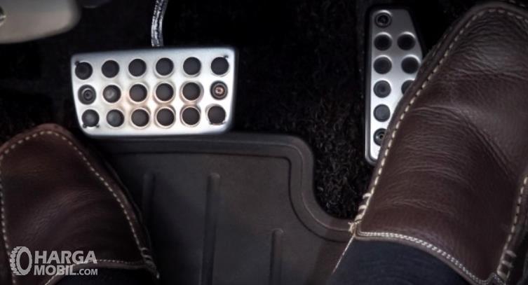 Gambar ini menunjukkan 2 kaki berada di pedal mobil matik