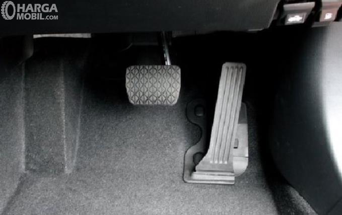 Gambar ini menunjukkan 2 pedal pada mobil matik