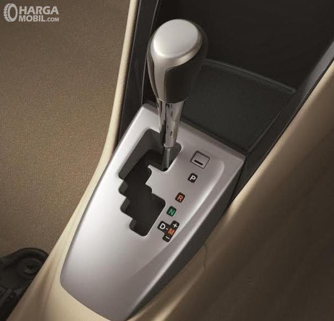 Gambar ini menunjukkan tuas transmisi mobil matik