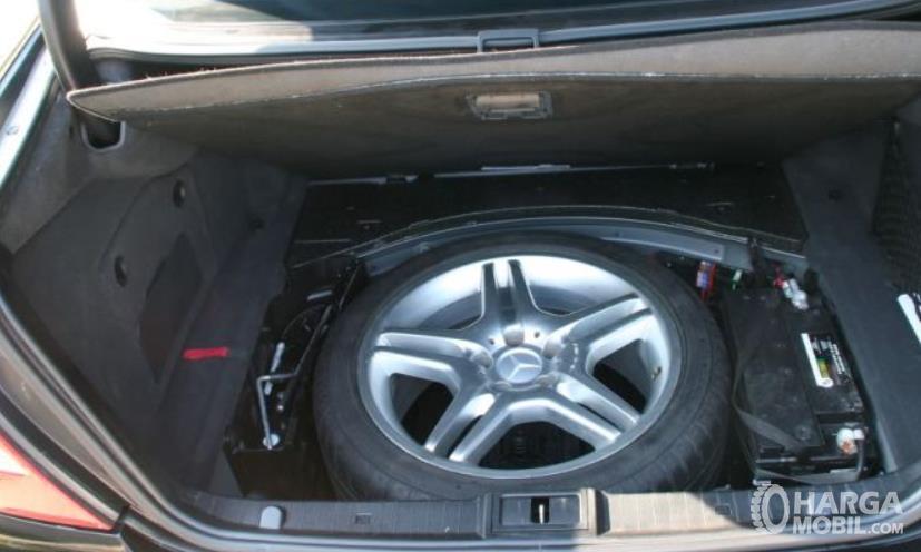 Gambar ini menunjukkan ban cadangan di dalam bagasi mobil
