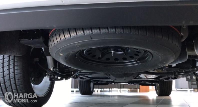 Gambar ini menunjukkan ban cadangan yang ditempatkan bagian bawah mobil