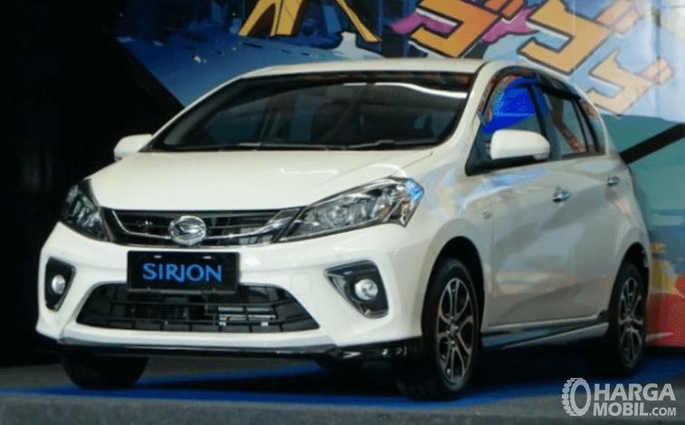 Gambar ini menmunjukkan mobil Daihatsu Sirion 2020 tampak depan