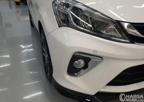 Gambar ini menunjukkan sisi kaqnan depan Daihatsu Sirion 2020