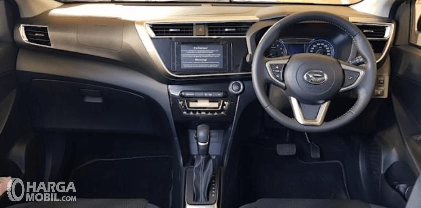 Gambar ini menunjukkan dashboard dan kemudi Daihatsu Sirion 2020
