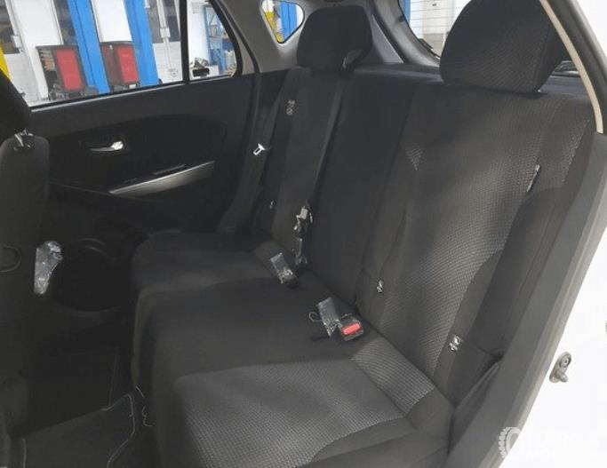 Gambar ini menunjukkan jok baris kedua Daihatsu Sirion 2020