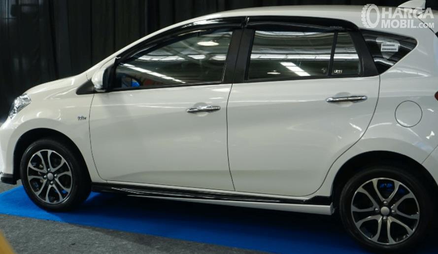 Gambar ini menunjukkan sisi samping Daihatsu Sirion 2020