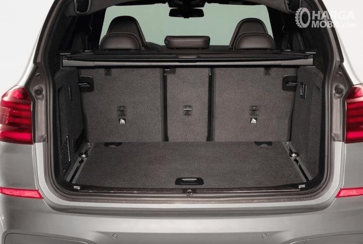 Gambar ini menunjukkan bagasi mobil BMW X3 M Competition 2020