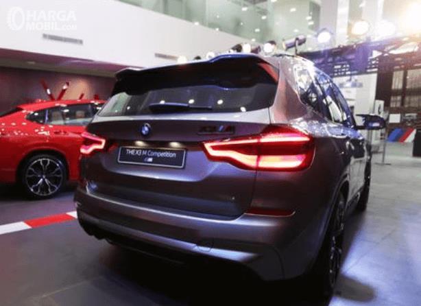 Gambar ini menunjukkan bagian belakang mobil BMW X3 M Competition 2020