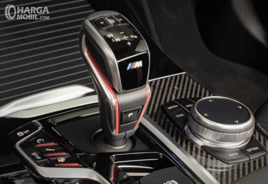 Gambar ini menunjukkan tuas pada BMW X3 M Competition 2020 dengan beragam fitur
