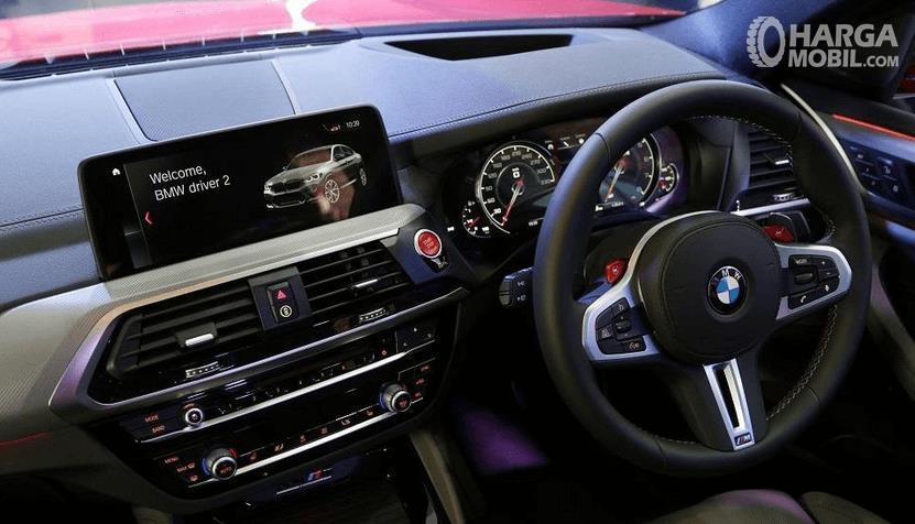 Gambar ini menunjukkan dashboard dan kemudi mobil BMW X3 M Competition 2020