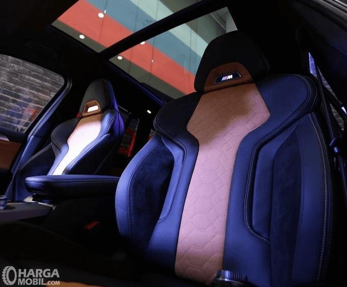 Gambar ini menunjukkan jok mobil BMW X3 M Competition 2020