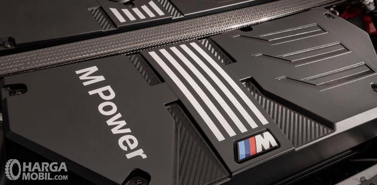 Gambar ini menunjukkan mesin mobil BMW X3 M Competition 2020