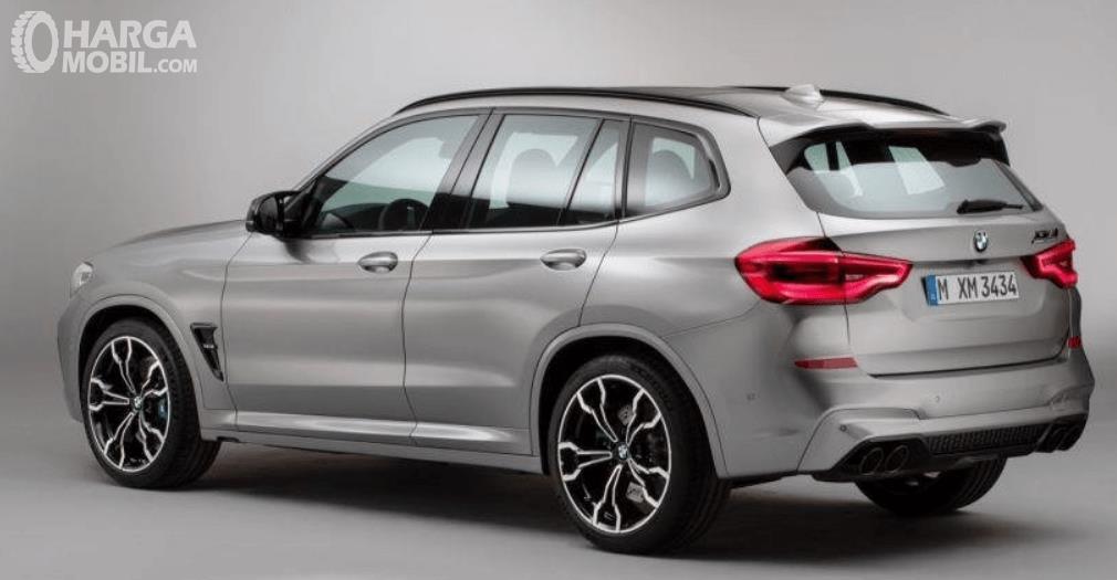 Gambar ini menunjukkan bagian samping mobil BMW X3 M Competition 2020