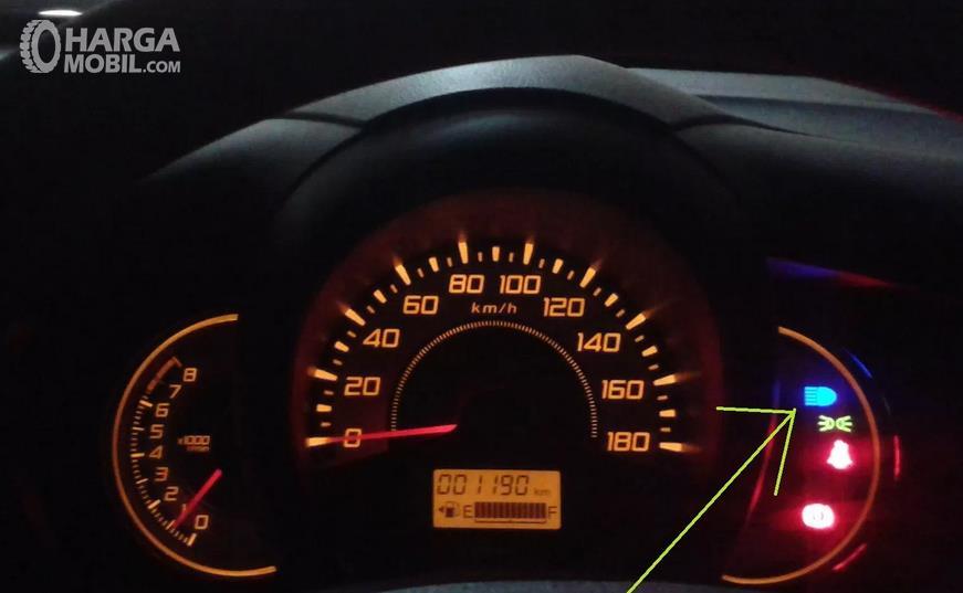 Gambar ini menunjukkan indikator lampu jauh saat dinyalakan