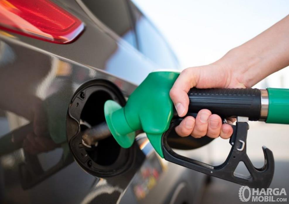 Gambar ini menunjukkan pengisian bahan bakar pada mobil