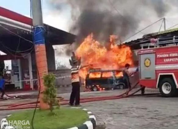Gambar ini menunjukkan sebuah mobil terbakar di SPBU