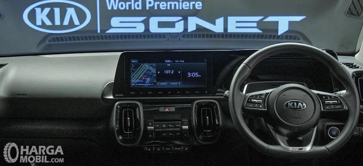 Gambar ini menunjukkan dashboard dan kemudi mobil Kia Sonet 2020