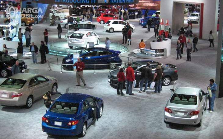 Gambar ini menunjukkan pameran mobil baru dan banyak pengunjung