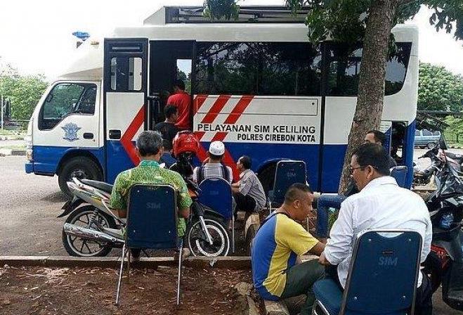 Gambar  ini menunjukkan layanan SIM Keliling tampak samping dengan mobil