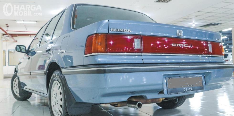Gambar ini menunjukkan bagian belakang Honda Civic LX 1989