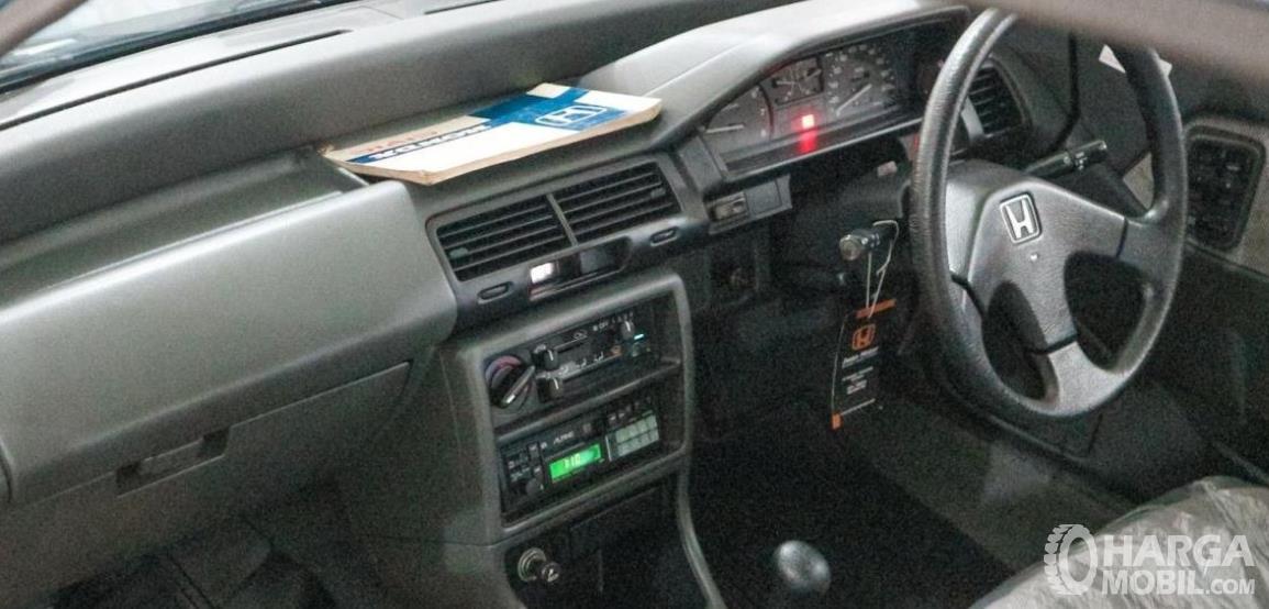 Gambar ini menunjukkan dashboard dan kemudi mobil Honda Civic LX 1989