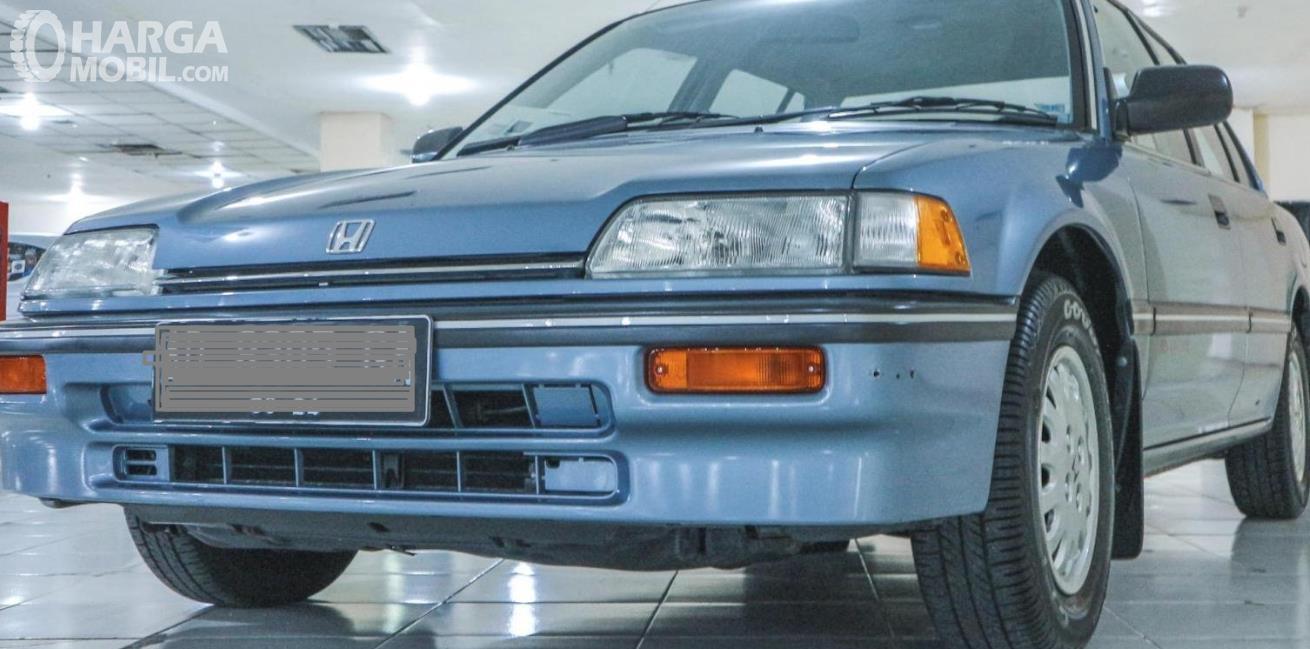 Gambar  ini menunjukkan bagian depan mobil Honda Civic LX 1989