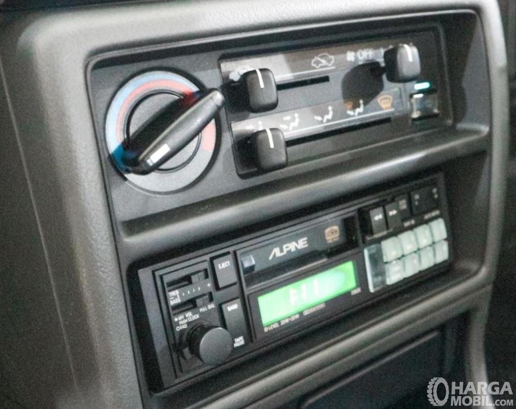 Gambar ini menunjukkan fitur hiburan Honda Civic LX 1989