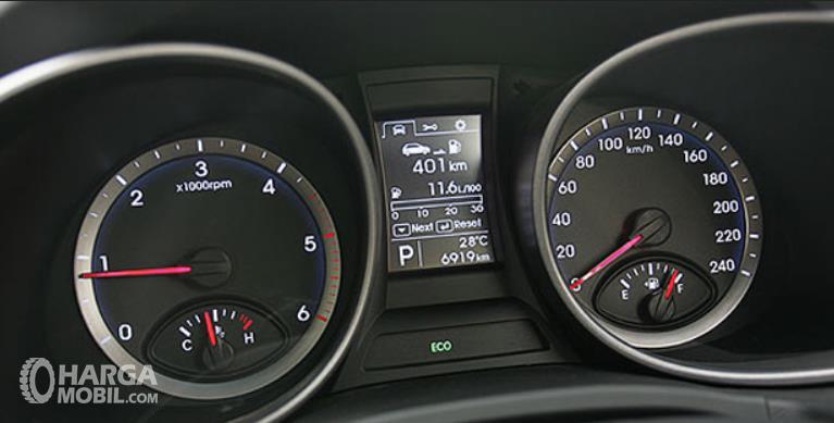 Gambar ini menunjukkan panel instrumen pada mobil