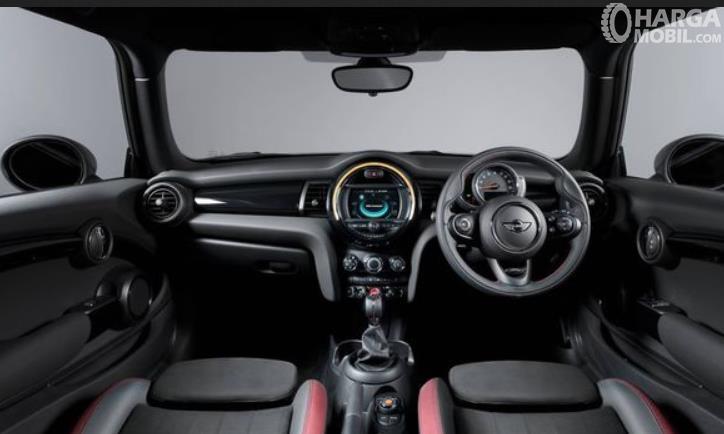 Gambar inmenunjukkan bagian dashboard dan kemudi mobil