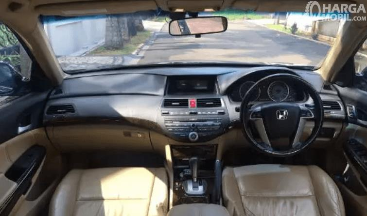 Gambar ini menunjukkan bagian dashboard dan kemudi mobil Honda Accord 3.5 V6 2008