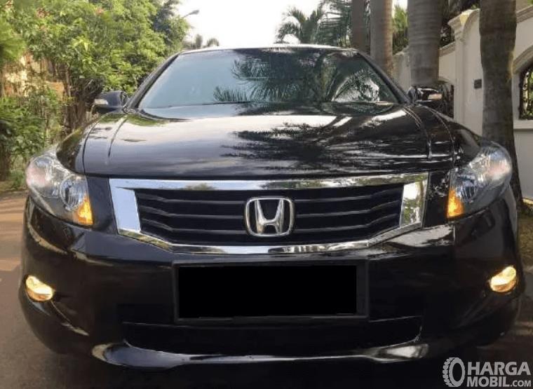 Gambar ini menunjukkan bagian depan mobil Honda Accord 3.5 V6 2008