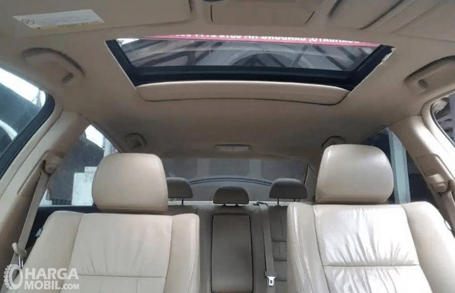 Gambar ini menunjukkan fitur sunroof pada mobil Honda Accord 3.5 V6 2008