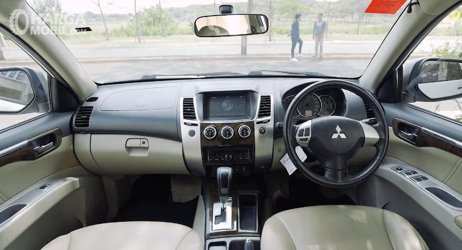 Gambar ini menunjukkan bagian dashboard dan kemudi mobil  Mitsubishi Pajero Sport Exceed Limited 2013