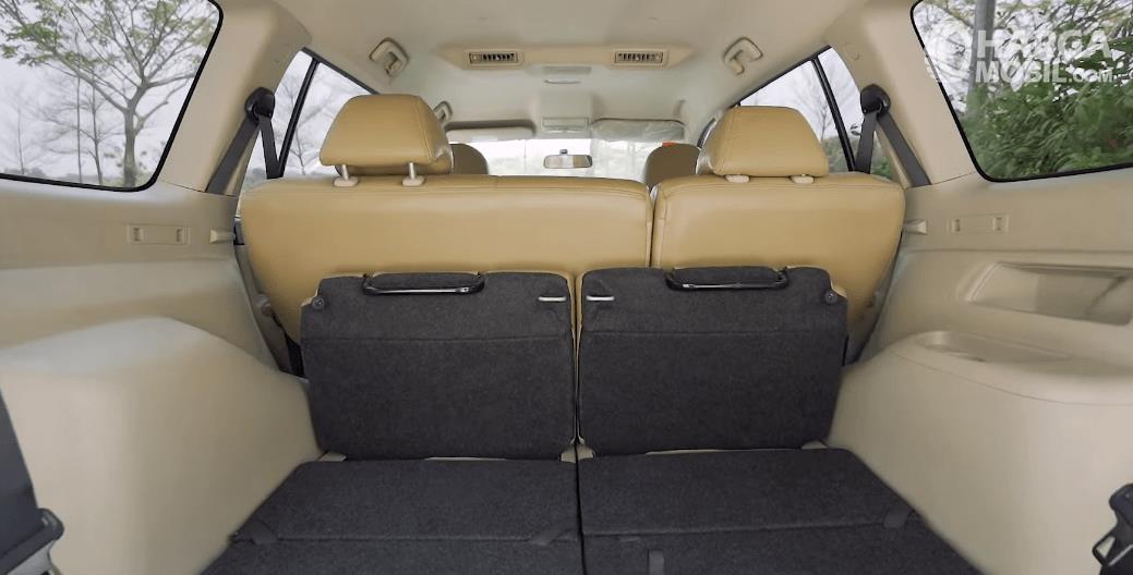 Gambar ini menunjukkan bagasi mobil dan jok belakang dilipat pada mobil  Mitsubishi Pajero Sport Exceed Limited 2013
