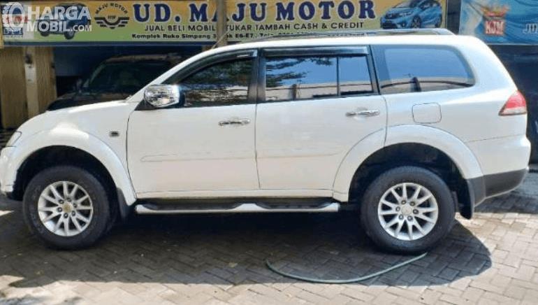 Gambar ini menunjukkan bagian samping  Mitsubishi Pajero Sport Exceed Limited 2013