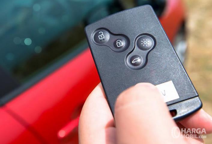 Gambar ini menunjukkan remote keyless entri dengan beberapa tombo;