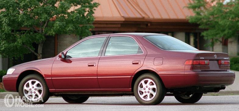 Gambar ini menunjukkan samping kiri dan belakang Toyota Camry Grande 1998