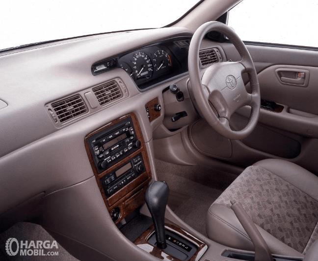 Gambar ini menunjukkan dashboard dan kemudi mobil Toyota Camry Grande 1998