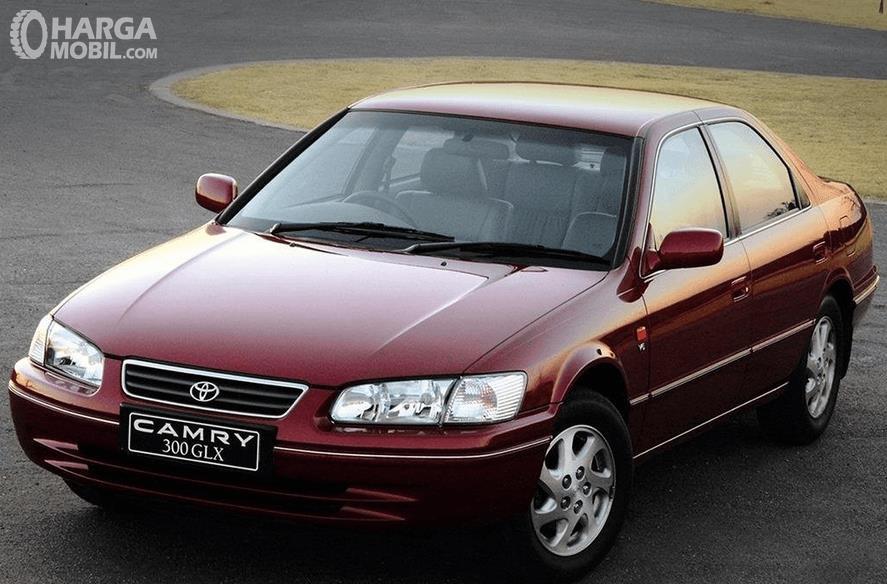 Gambar ini menunjukkan bagian depan mobil Toyota Camry Grande 1998
