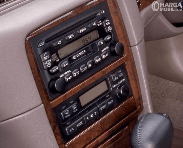Gambar ini menunjukkan head unit double din mobil Toyota Camry Grande 1998